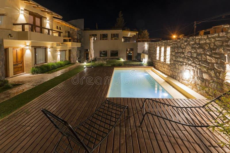 Espacio exterior de un hotel con la piscina imagen de archivo