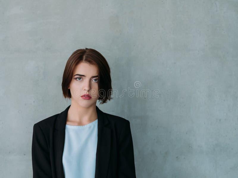 Espacio parado de la copia de la mujer del fracaso de la entrevista de trabajo fotos de archivo