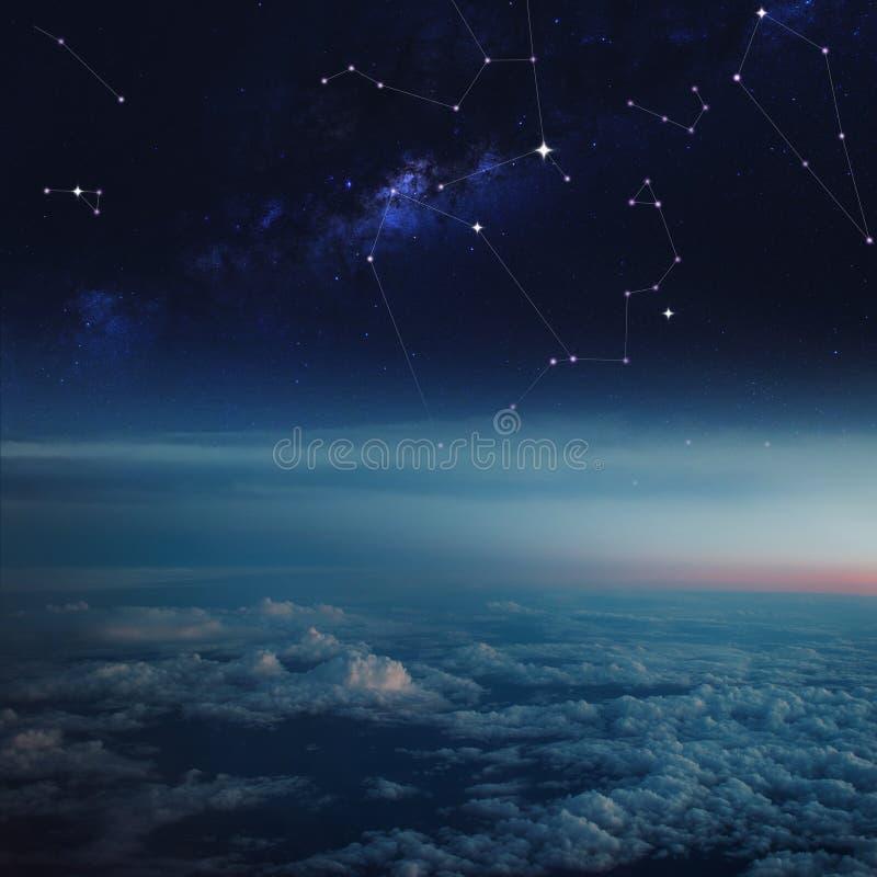 Espacio sobre las nubes, constelaciones en cielo estrellado imagenes de archivo