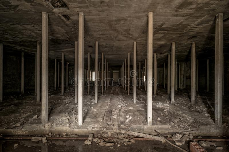 Espacio subterráneo de la oscuridad en fábrica abandonada imagen de archivo libre de regalías