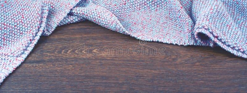 Espacio vacío de la bandera en la mesa El viejo fondo lamentable de madera natural hizo punto el color combinado de la púrpura de fotografía de archivo libre de regalías
