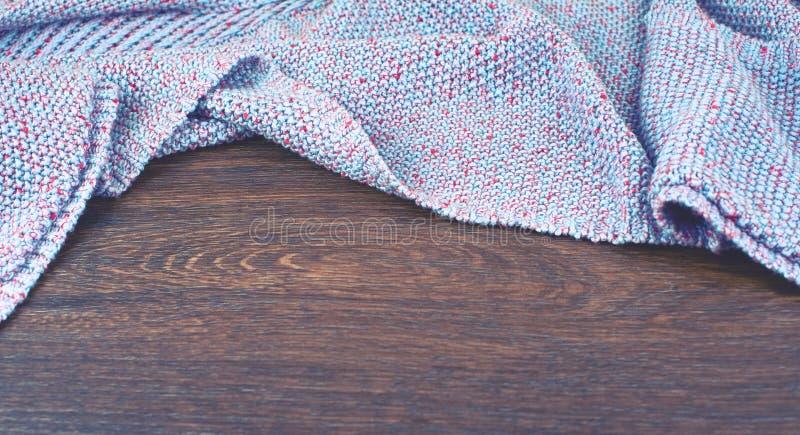 Espacio vacío de la bandera en la mesa El viejo fondo lamentable de madera natural hizo punto el color combinado de la púrpura de fotos de archivo libres de regalías