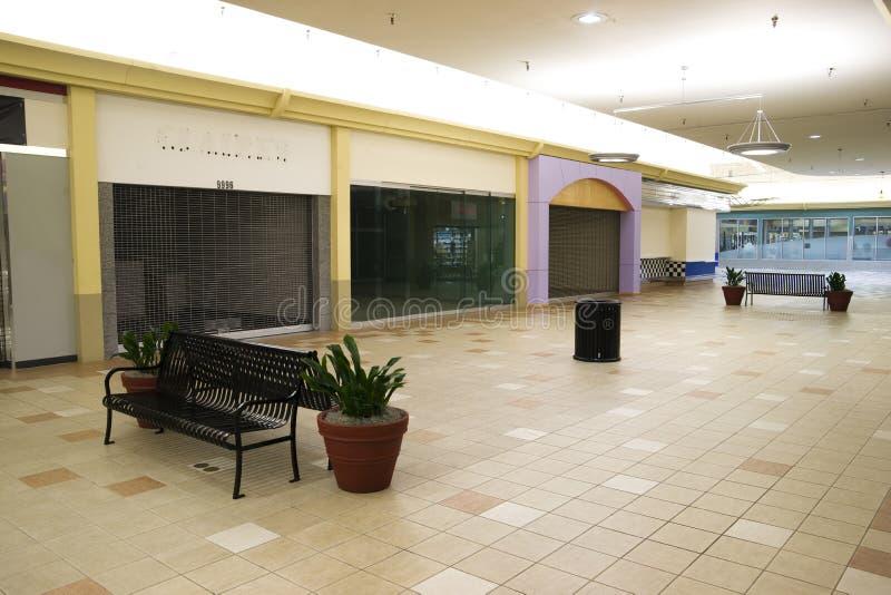 Espacio vacante Real Estate del centro comercial vacío al por menor de la recesión imagen de archivo