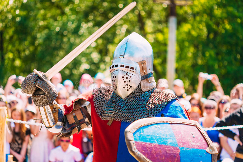 Espada de In Fight With do cavaleiro Restauração da batalha cavalheiresco fotos de stock royalty free