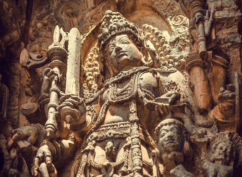 A espada de Shiva Lord na pedra cinzelou o relevo do templo indiano sul do século XII Herança de Halebidu, Índia foto de stock