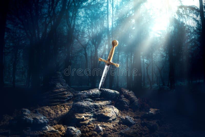 Espada en el excalibur de piedra fotos de archivo