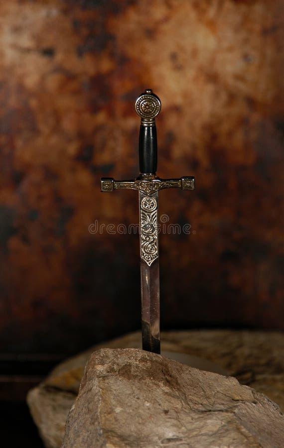 Espada na pedra imagens de stock