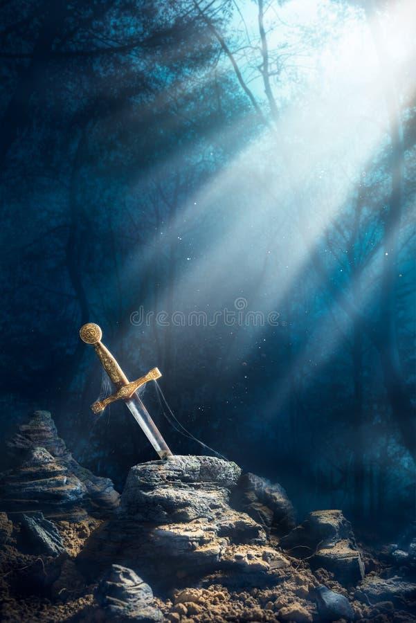 Espada no excalibur de pedra foto de stock