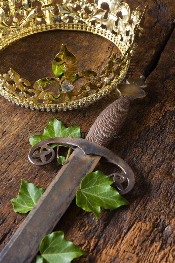 Espada y corona fotos de archivo