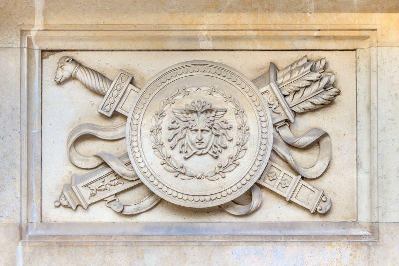 Espada y escudo con flechas elementos artísticos en la fachada de un edificio antiguo en Viena, Austria imagenes de archivo