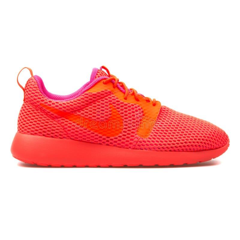 Espadrille cramoisie de Nike Roshe One Hyper photographie stock
