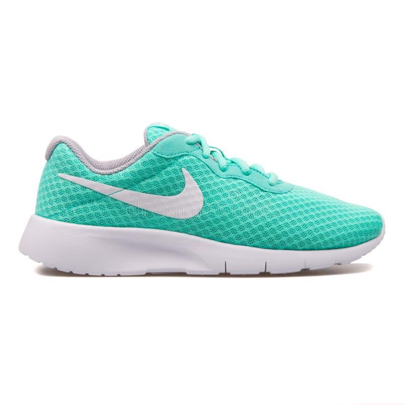 Espadrille hyper de turquoise de Nike Tanjun photo stock