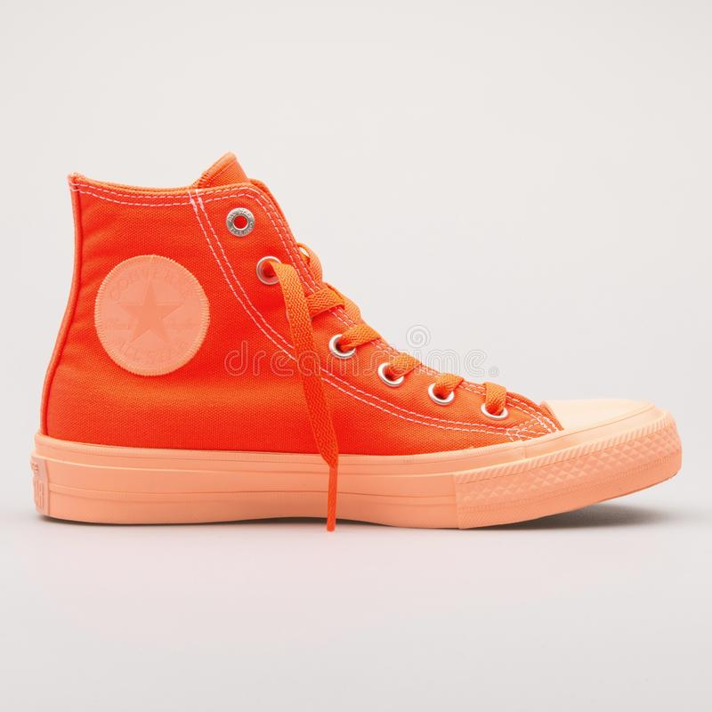 Espadrille orange hyper de Chuck Taylor All Star 2 d'inverse haute image stock