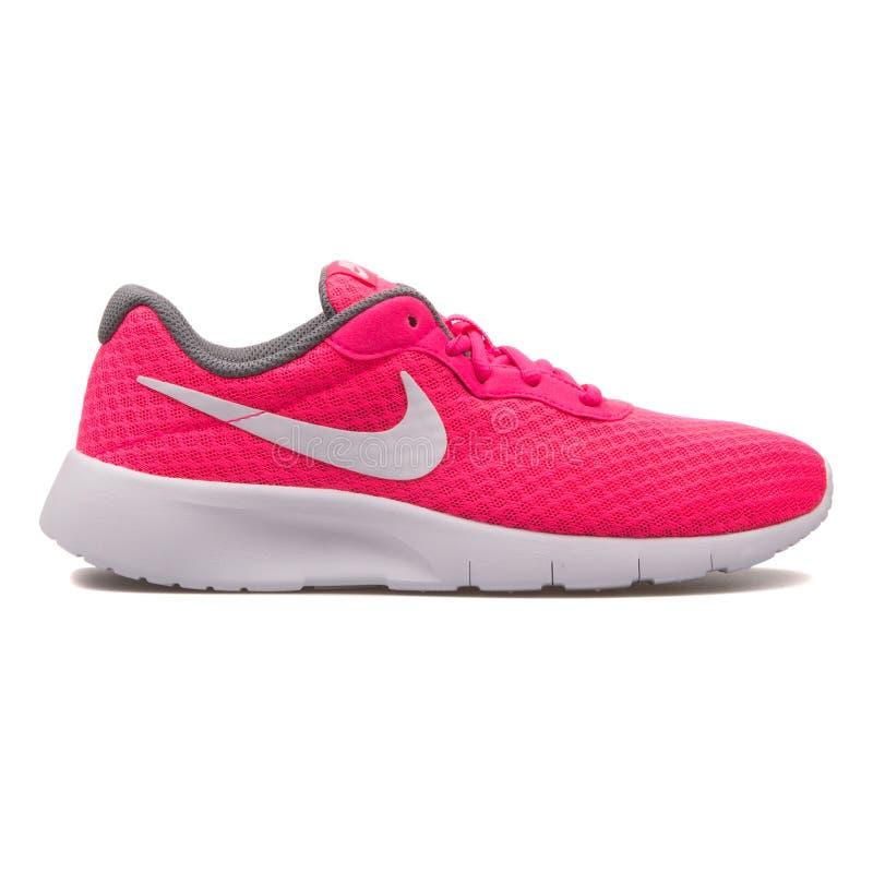 Espadrille rose hyper de Nike Tanjun photos stock