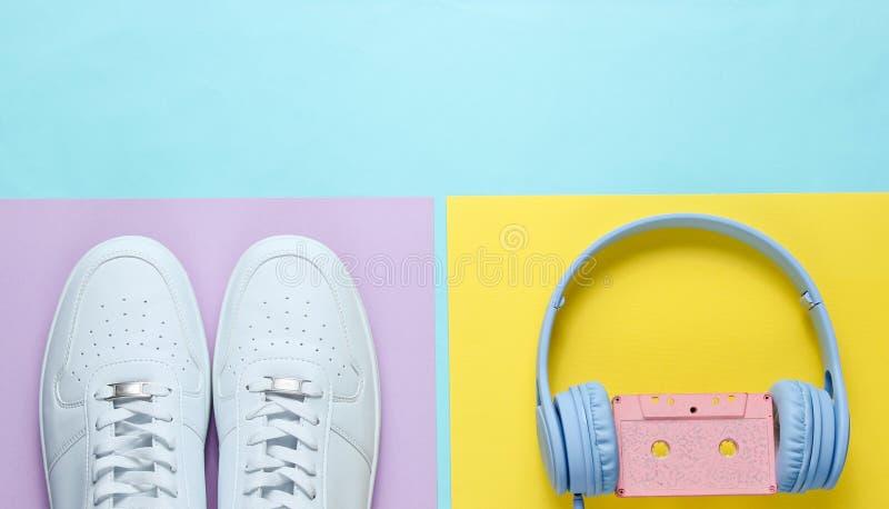 Espadrilles blanches, écouteurs avec la cassette sonore photos libres de droits