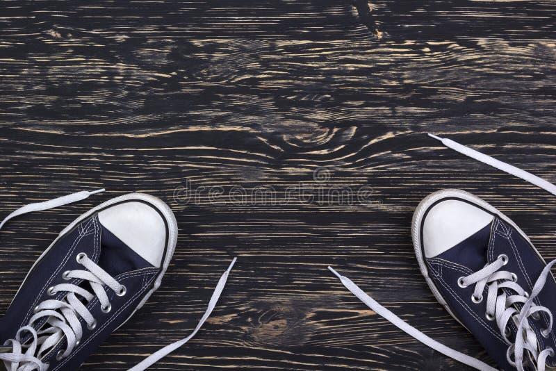Espadrilles bleues sur le fond en bois avec l'espace de copie image libre de droits