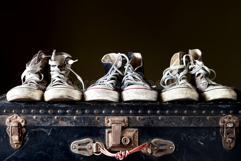 Espadrilles sur la valise de vintage image libre de droits