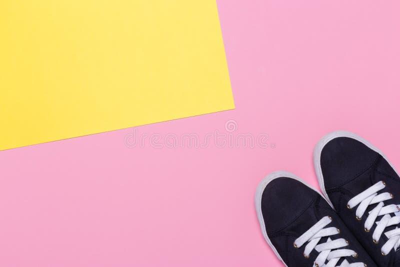 Espadrilles sur le rose et le fond jaune Concept de blog ou de magazine de mode image libre de droits