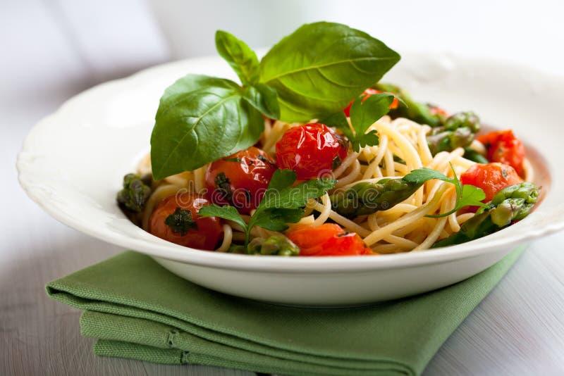 Espaguete com espargos verdes foto de stock royalty free