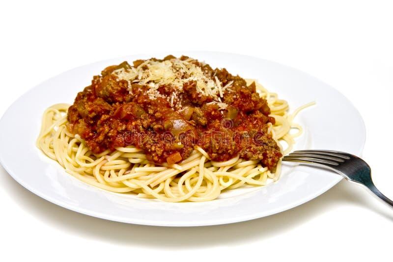 Espaguete com molho da carne na placa branca com forquilha imagens de stock