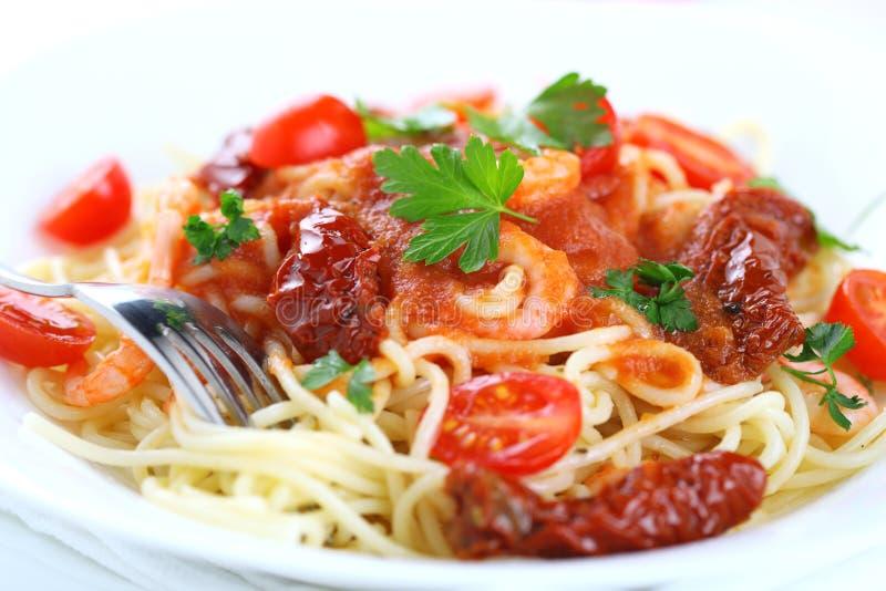 Espaguete com molho e camarões de tomate fotos de stock