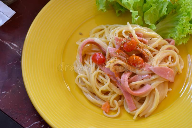 Espaguete com molho e manjericão de tomate fotografia de stock royalty free