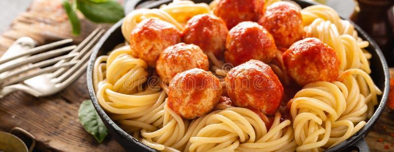 Espaguete com molho e meatballs de tomate fotos de stock royalty free
