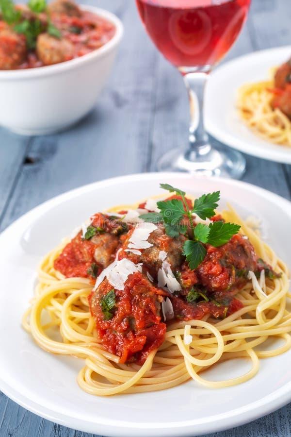 Espaguete com os meatballs no molho de tomate imagens de stock royalty free
