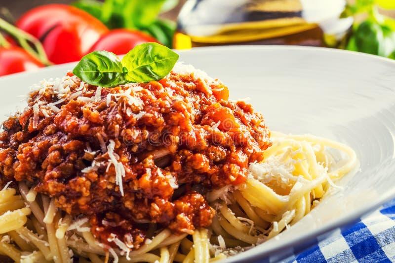 espaguete Culinária italiana e mediterrânea Espaguetes bolonhês com tomate e manjericão de cereja fotos de stock royalty free
