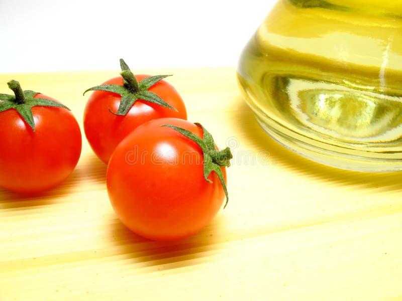 Espaguete, tomates e petróleo verde-oliva fotografia de stock royalty free