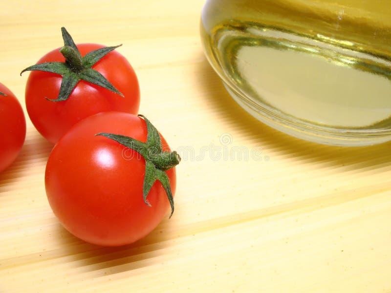 Espaguete, tomates e petróleo verde-oliva fotos de stock royalty free