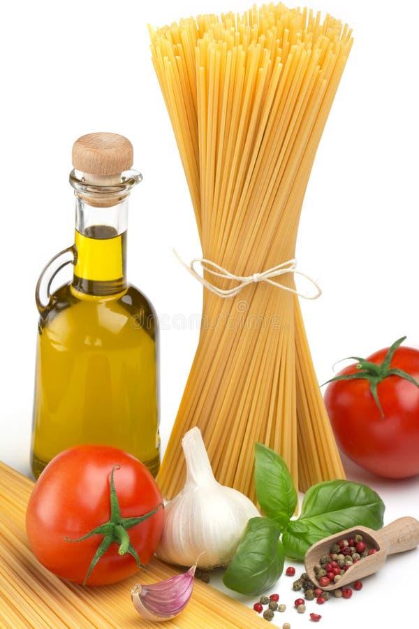 Espaguetes, óleo e vegetais foto de stock