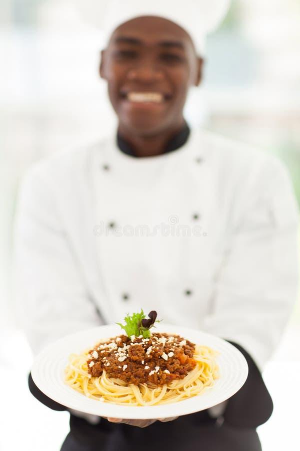 Espaguetes africanos do cozinheiro chefe imagem de stock