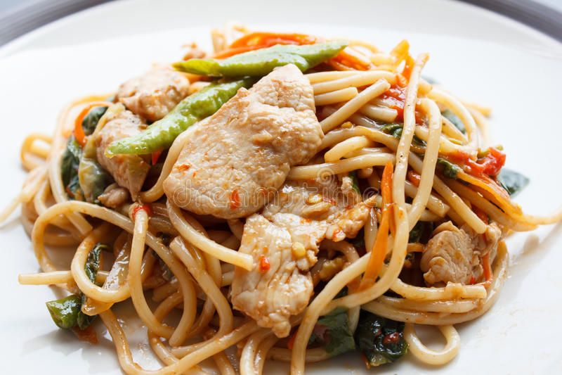 Espaguetes bêbados - espaguetes picantes com galinha (alimento tailandês) foto de stock
