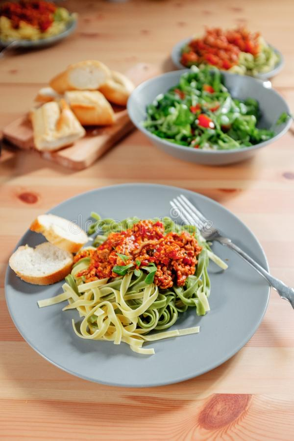 Espaguetes bolonhês com molho de tomate da carne na tabela de madeira, alimento italiano fotos de stock