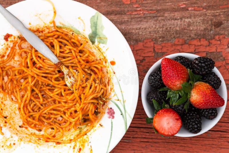 Espaguetes Bolonhês e sobremesa da baga imagens de stock