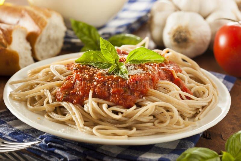 Espaguetes caseiros com molho de Marinara fotos de stock royalty free