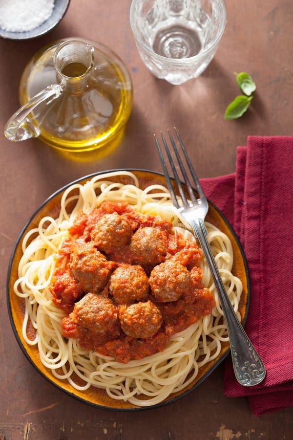Espaguetes com as almôndegas no molho de tomate fotos de stock