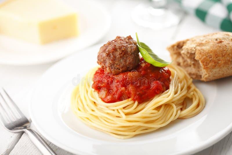 Espaguetes com as almôndegas no molho do marinara do tomate imagem de stock royalty free