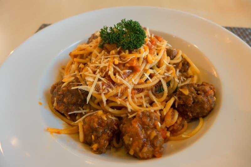 Espaguetes com bolas de carne em uma placa fotografia de stock