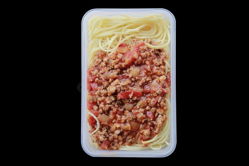 Espaguetes com caixa plástica, no preto foto de stock royalty free