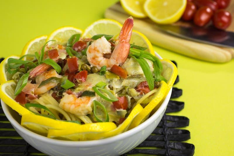 Espaguetes com camarões e limão imagens de stock royalty free