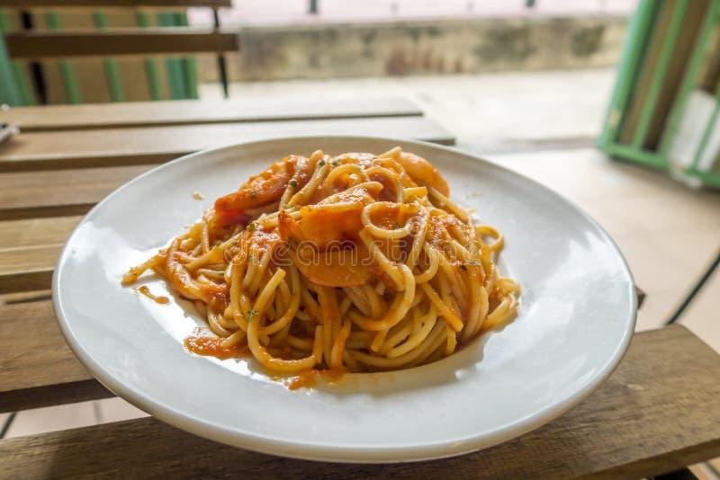 Espaguetes com camarões e molho de tomate, culinária italiana imagens de stock royalty free