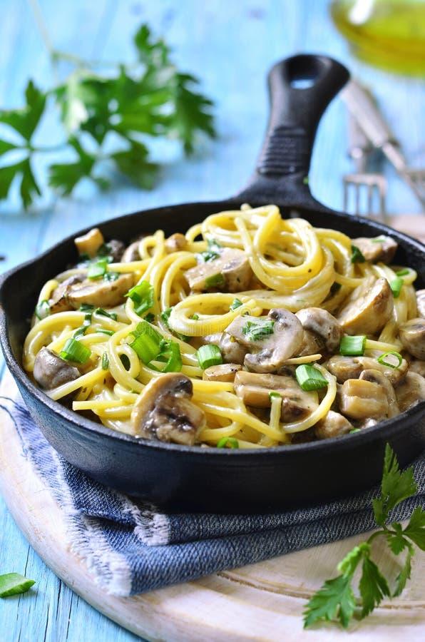 Espaguetes com cogumelo e a cebola verde no creme fotografia de stock royalty free
