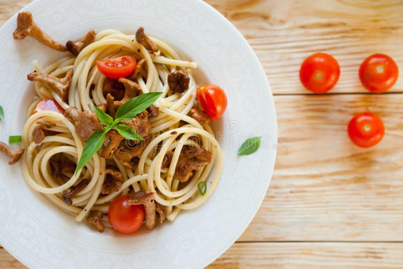 Espaguetes com cogumelos, vista superior foto de stock