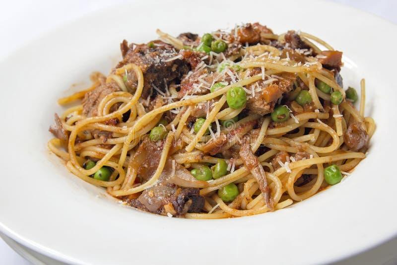 Espaguetes com cordeiro assado fotografia de stock royalty free