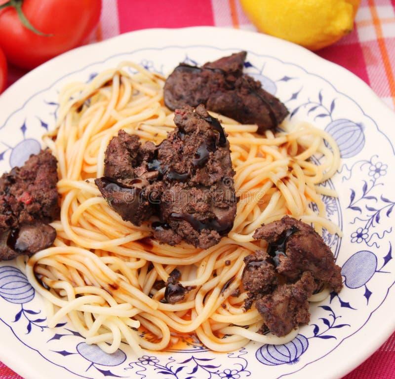 Espaguetes com fígado fresco imagem de stock