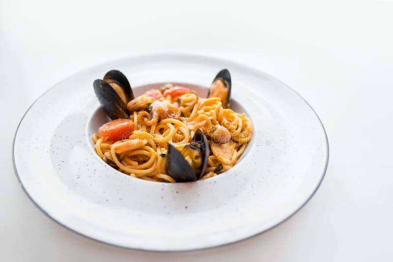 Espaguetes com marisco dos mexilhões Macarronetes de Soba com camarões e vegetais Alimento asiático Massa com marisco no molho de fotografia de stock royalty free