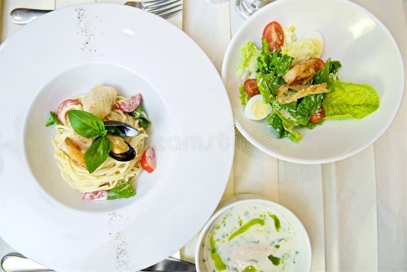 Espaguetes com marisco e tomates fotografia de stock