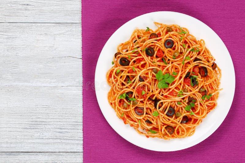 Espaguetes com molho, alcaparras e azeitonas de tomate imagem de stock royalty free